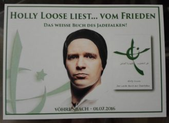 Holly Loose liest am Lagerfeuer